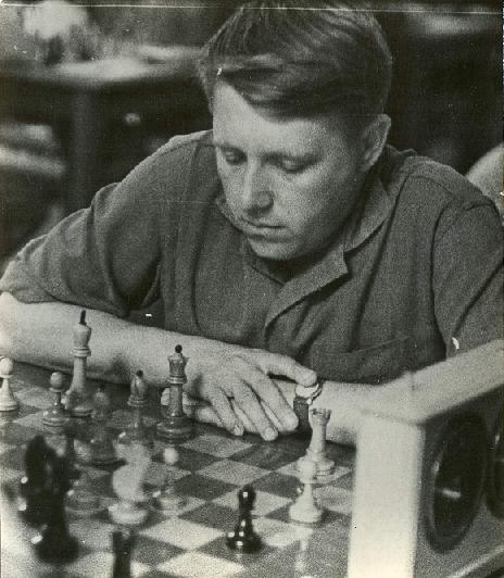 В шахматы он начал играть в 14 лет а в 18
