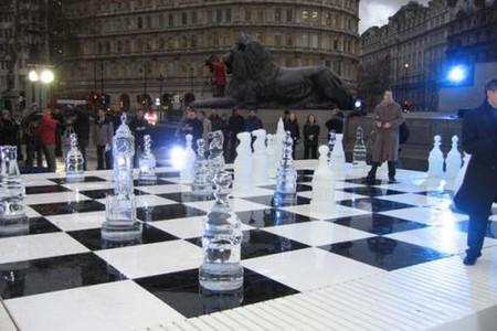 Огромные ледяные шахматы стоят в центре Нью-Йорка