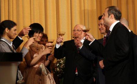 Михаил Горбачев поздравил Хоу Ифань с титулом чемпионки мира по шахматам