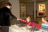 Карякин приветствует молодую участницу сеанса одновременной игры в Гааге