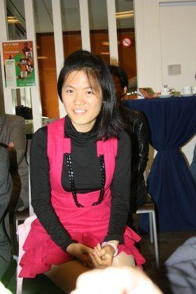 Неповторимая Хоу Ифань - прелесть во всей красе в малиновом платье