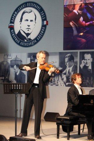 На открытии мемориала Алехина выступили известные музыканты - пианист Николай Луганский и скрипач Вадим Репин