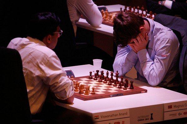 А вот и Ананд с Карлсеном. Теперь к их партиям еще больше внимания