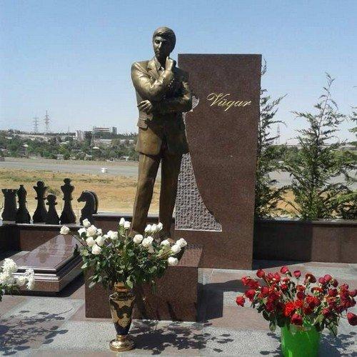 В Баку открыли памятник Вугару Гашимову