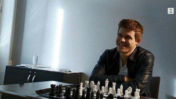 Магнус Карлсен за переносной доской в шахматы