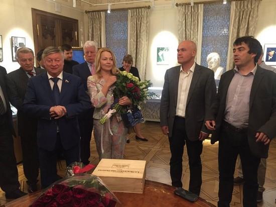 Анатолий Карпов с женой принимают поздравления