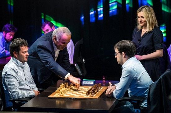 Каспаров делает первый ход в партии Бакро - Вашье-Лаграв, Grand Chess Tour, Париж, 2017